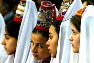 الثوب الفلسطيني يواجه الألبسة الحديثة..!! 12.jpg