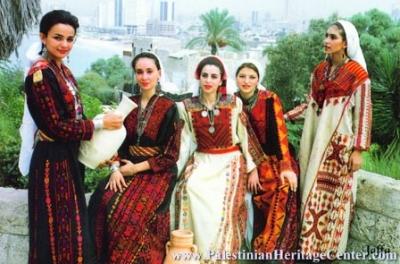 الثوب الفلسطيني يواجه الألبسة الحديثة..!! 15.jpg