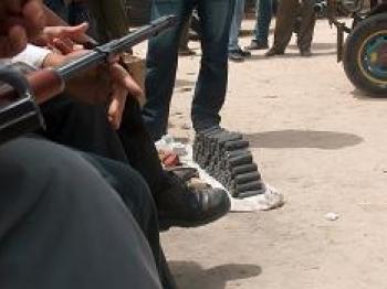 تجارة السلاح علنية في سوق غزة للسيارات وبسطات مليئة بأنواع من السلاح والذخيرة