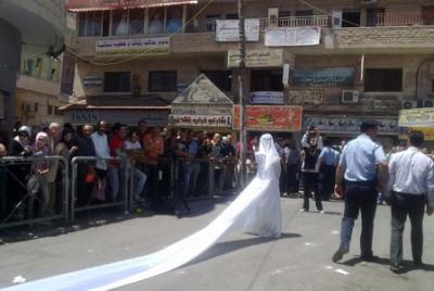 فتاة تجوب الشوارع بفستان العرس..!! 1.jpg