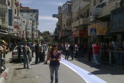 فتاة تجوب الشوارع بفستان العرس..!! 10.jpg