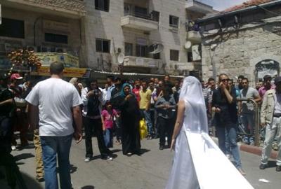 فتاة تجوب الشوارع بفستان العرس..!! 13.jpg