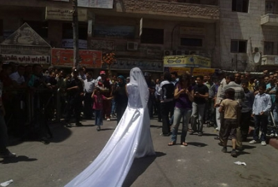 فتاة تجوب الشوارع بفستان العرس..!! 14.jpg