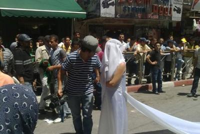 فتاة تجوب الشوارع بفستان العرس..!! 15.jpg