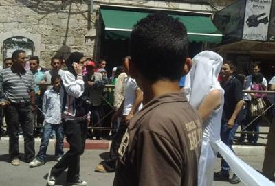 فتاة تجوب الشوارع بفستان العرس..!! 16.jpg