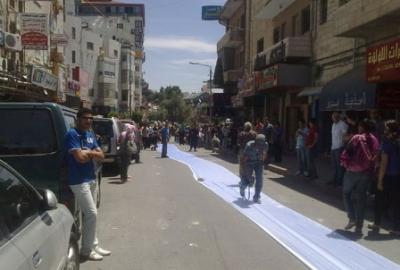 فتاة تجوب الشوارع بفستان العرس..!! 2.jpg