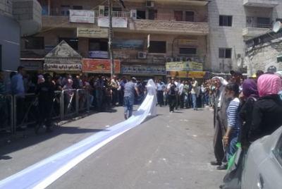 فتاة تجوب الشوارع بفستان العرس..!! 4.jpg