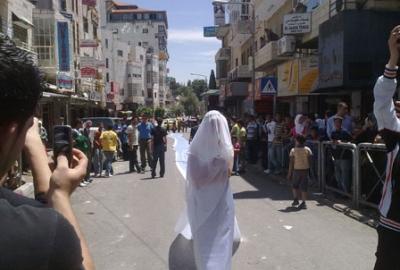 فتاة تجوب الشوارع بفستان العرس..!! 7.jpg