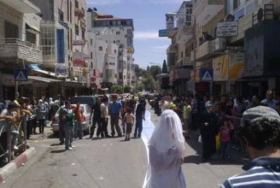 فتاة تجوب الشوارع بفستان العرس..!! 9.jpg