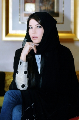 حريري تغني لعيد الإتحاد بالعباية الإماراتية شاهد الصور 4.jpg