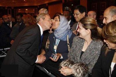 السيدة العربية المحجبة التي قبلت تحير الملايين..شاهد الصور 1.jpg