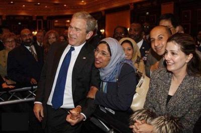 السيدة العربية المحجبة التي قبلت تحير الملايين..شاهد الصور 2.jpg