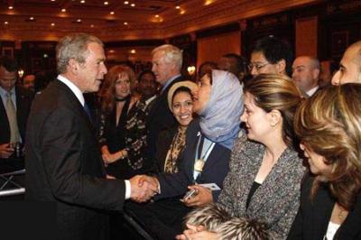 السيدة العربية المحجبة التي قبلت تحير الملايين..شاهد الصور 3.jpg