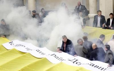 البر لمان الأوكراني..لكمات وشتائم ودخان..شاهد الصور