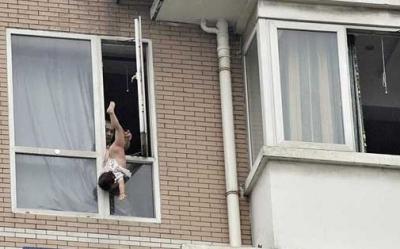 يعلق طفلته 3 ساعات من الطابق الثامن..شاهد الصور