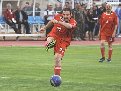 مباراة وزارية ـ نيابية لبنانية في كرة القدم تنتهي بفوز فريق سعد الحريري..شاهد الصور