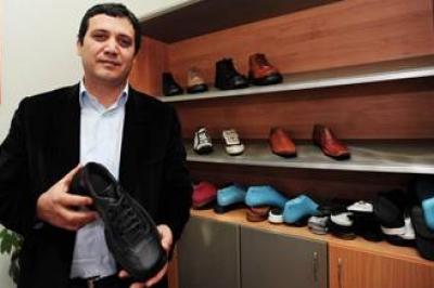 المنتج التركي لحذاء منتظر الزيدي يتلقى عشرات آلاف الطلبات واضطر لتوظيف 100 شخص للتمكن من تلبيتها