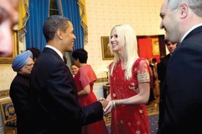 حتى الرئيس أوباما لم يفلت من الزوجين المتطفلين..شاهد الصور