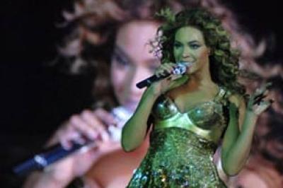 بيونسيه تغير ملابسها أمام الجمهور بمصر