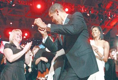 أوباما يمارس دبلوماسية الرقص في أول يوم بالبيت الأبيض ومشكلته كانت ألا يدوس على فستان زوجته..شاهد الصور