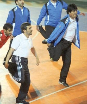 نجاد والرئيس البوليفي في مباراة ودية شاهد الصور 2576454822.jpg