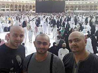 تامر حسني في لباس الاحرام 3871259163.jpg