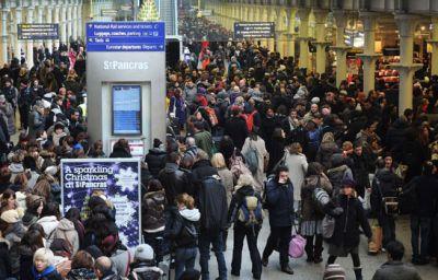 بالصور.. الثلوج تصيب الحياة اليومية فى بريطانيا بالشلل