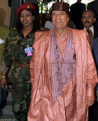 صور.. أزياء القذافي تثير دهشة 3897596263.jpg
