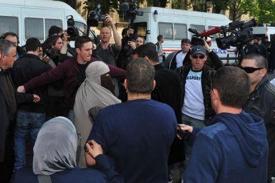 بالصور.. اعتداء شرطة فرنسا نساء