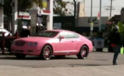 باريس هيلتون وسيارتها بنتلي كونتنينتال الوردية 3909760121.jpg