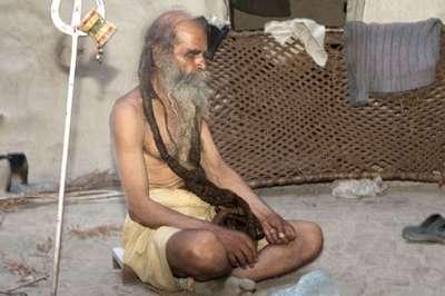 هندي يرفض الاستحمام منذ 37 عاماً حتى يُرزق بمولود ذكر