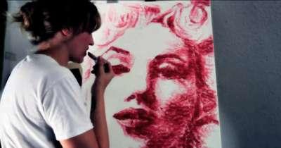 فنانة تبدع الرسم طريق احمر