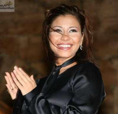 صور..الفنانات يتألقن بللون الاسود 3909765602