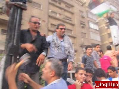بالصور : خالد يوسف شارك في هدم سور السفارة الاسرائيلية بالقاهرة ..