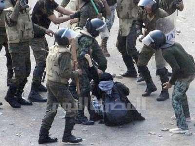 الاعتداء فتاة سحلها ضربها جنود