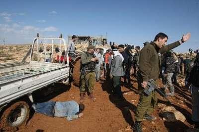 سيارة إسرائيلية تتعامد فلسطيني 3909787613.jpg