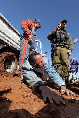 سيارة إسرائيلية تتعامد فلسطيني 3909787616.jpg