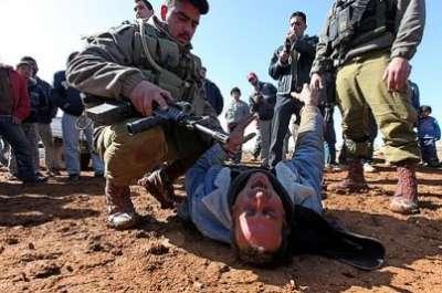 سيارة إسرائيلية تتعامد فلسطيني 3909787617.jpg
