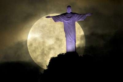 القمر الخارق يضيء سماء الأرض في ظاهرة نادرة