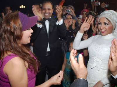 فيفي عبده تحضر حفل زفاف بملابس غير لائقة