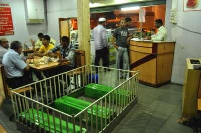 صور مطعم في الهند بين الاموات و الاكفان 3909812812.jpg