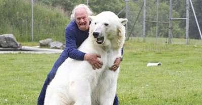 صداقة بين رجل ودب قطبي 3909812952.jpg
