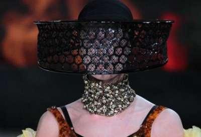 التصاميم الأكثر غرابة وجنونا في اسبوع الموضة الباريسي 3909832289.jpg