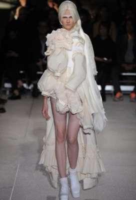 التصاميم الأكثر غرابة وجنونا في اسبوع الموضة الباريسي 3909832291.jpg