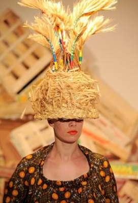 التصاميم الأكثر غرابة وجنونا في اسبوع الموضة الباريسي 3909832292.jpg