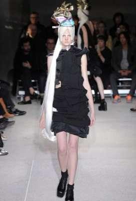 التصاميم الأكثر غرابة وجنونا في اسبوع الموضة الباريسي 3909832293.jpg