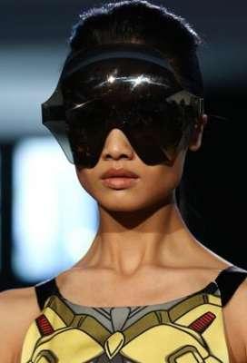 التصاميم الأكثر غرابة وجنونا في اسبوع الموضة الباريسي 3909832294.jpg