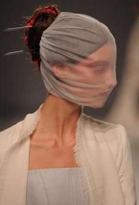 التصاميم الأكثر غرابة وجنونا في اسبوع الموضة الباريسي 3909832295.jpg