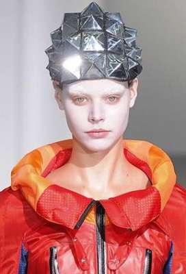 التصاميم الأكثر غرابة وجنونا في اسبوع الموضة الباريسي 3909832296.jpg