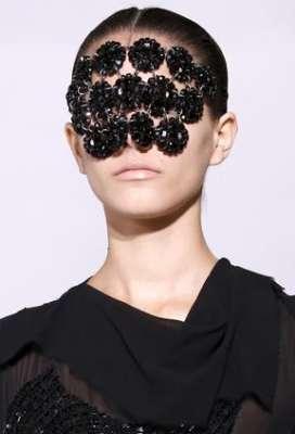 التصاميم الأكثر غرابة وجنونا في اسبوع الموضة الباريسي 3909832297.jpg